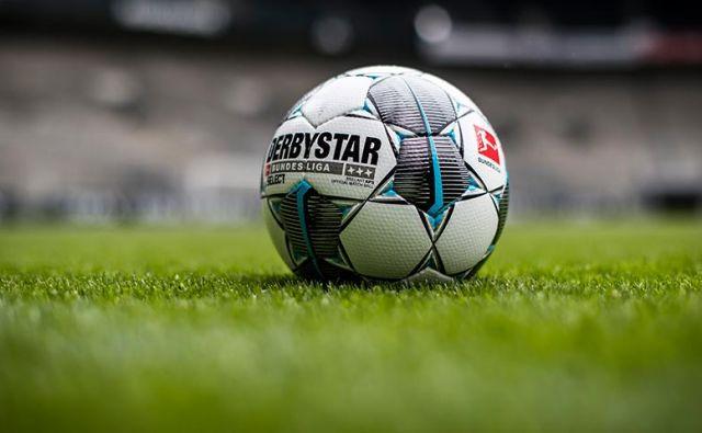 Nogometne žoge v nemški ligi bodo še lep čas osamljene. FOTO: Arhiv Dela
