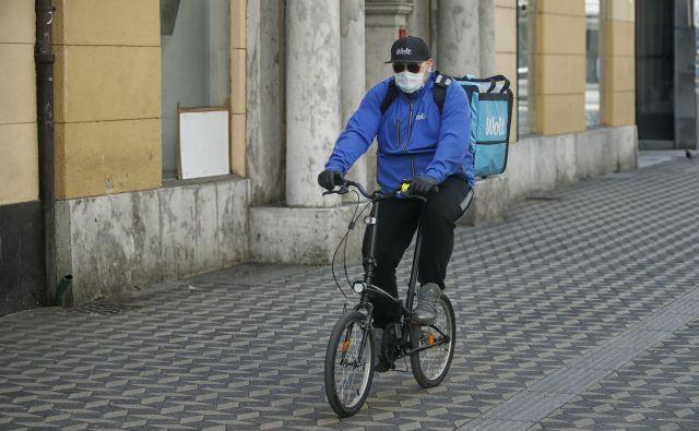 Kakšna bi bila uporaba maske, ki ne »povzroči nadaljnjega širjenja virusa«? Foto BlaŽ Samec