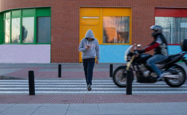 Največja nevarnost pri uporabi mobilnih naprav je to, da smo manj pozorni na dogajanje v okolici. FOTO: Shutterstock