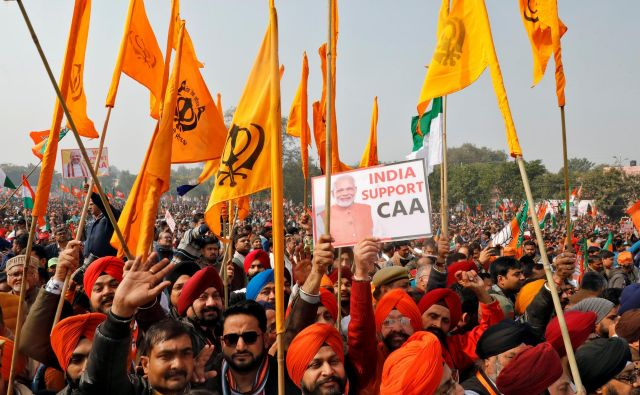 Za trditvami in postopki stranke Bharatija Džanata (BJP), ki je na oblasti od leta 2014, se skriva nevarnost nacionalizma, šovinizma in nasprotovanja sekularnosti, ki ogrožajo najštevilnejšo demokracijo na svetu. FOTO: Reuters