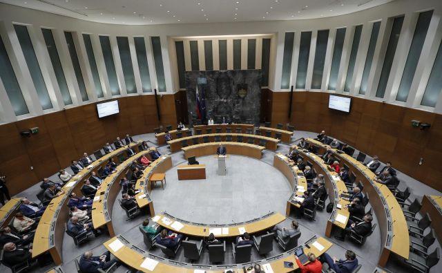 Državni zbor je ponoči sprejel prvi paket interventnih zakonov. FOTO: Uroš Hočevar/Delo