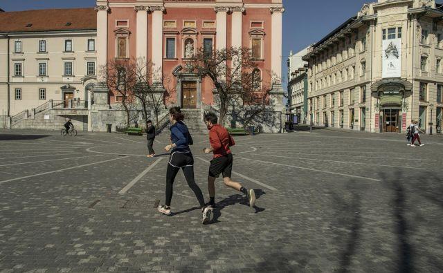 Na javnih površinah ali na sprehodu se smejo skupaj zadrževati izključno člani družine ali skupnega gospodinjstva.Foto Voranc Vogel