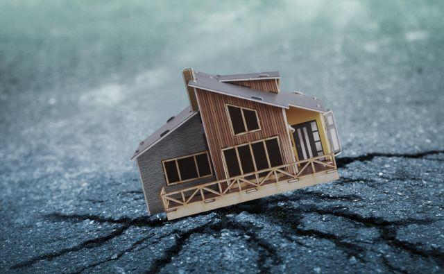 V zavarovalnicah zatrjujejo, da bi ob pravilno sklenjenem zavarovanju izplačana zavarovalnina morala zadoščati tako za popotresno sanacijo hiše kot gradnjo nove, če bi bila stara uničena. Foto Shutterstock