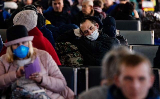 Ljudje med čakanjem na vlake na moskovski železniški postaji Kazansky. Foto: Dimitar Dilkoff/Afp