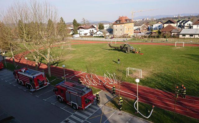 Požar na Šentviškem hribu gasijo s helikopterjem. FOTO: Delo