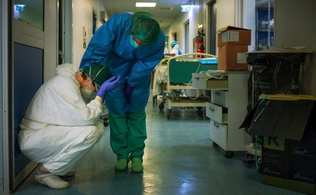 Prizor iz bolnišnice v italijanski Cremoni, kjer se izmučeno medicinsko osebje že tedne bori proti novemu koranavirusu. Foto AFP