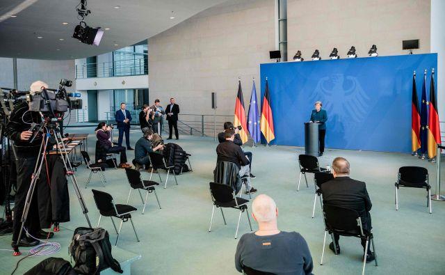 Nemška kanclerka Angela Merkel na novinarski konferenci, po kateri je zaradi možnosti okužbe s koronavirusom morala v samoizolacijo. Foto AFP