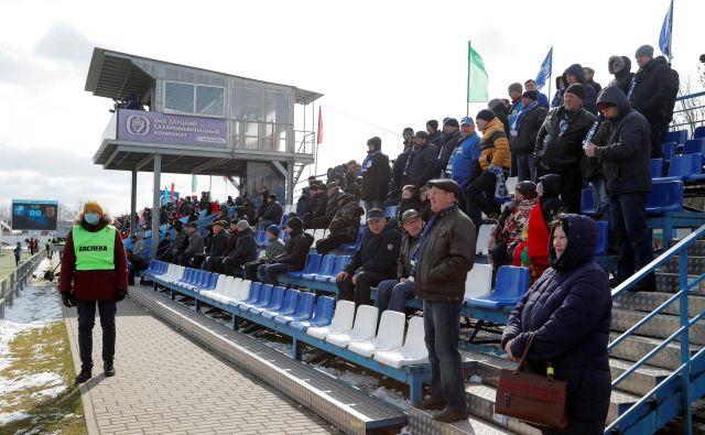 Ne koronavirus niti nizke temperature v Belorusiji niso odvrnile od obiske tekem nogometnih navijačev. FOTO: Reuters