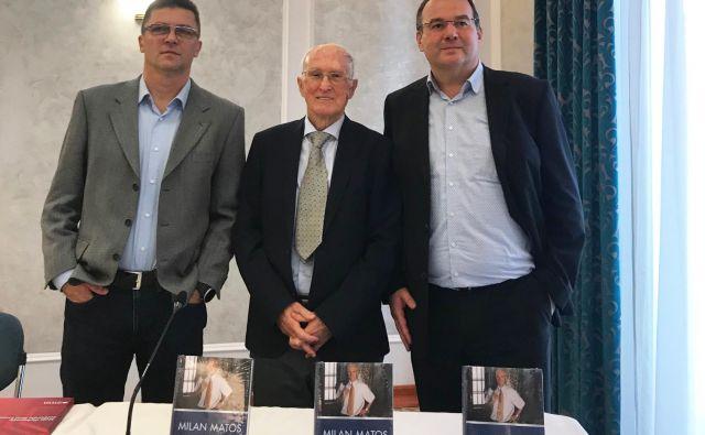 Predstavitve Matosove knjige sta se udeležila tudi založnik in publicist Samo Rugelj (levo) in Srečko Mrvar (desno), direktor založbe Učila International. Fotodokumentacija Dela