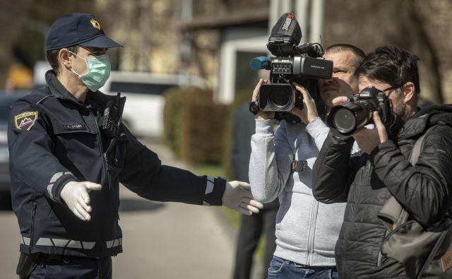 Čedalje več držav omejuje gibanje na prostem in na ulice pošilja policijo. FOTO: Voranc Vogel/Delo