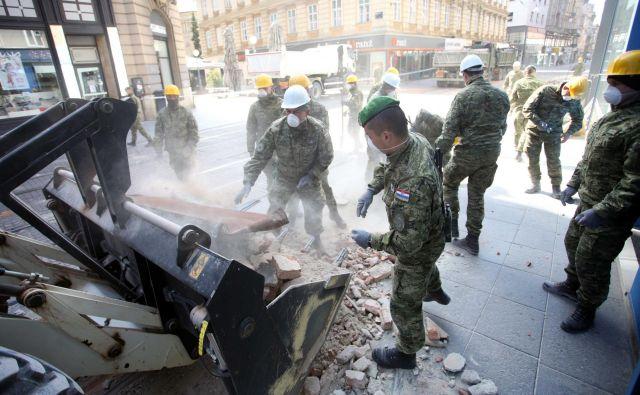 Vojska v Zagrebu čisti ulice, civilna zaščita postavlja šotorsko naselje za 500 ljudi. Foto Damjan Tadic/Cropix