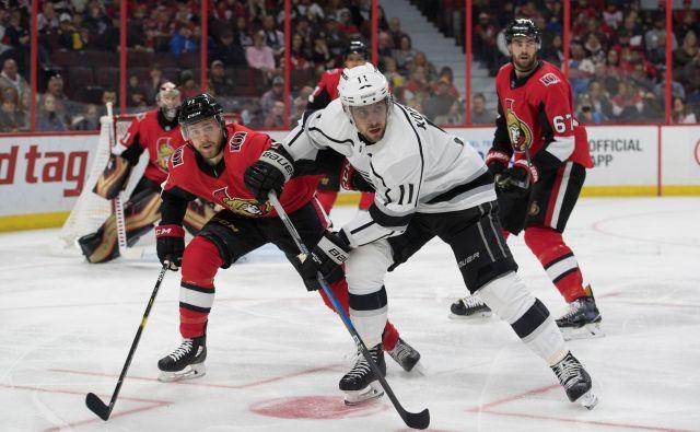 Slovenski hokejski zvezdnik Anže Kopitar (v belem dresu) je zadnjo tekmo pred prekinitvijo NHL igral prav proti tekmecem iz Ottawe. FOTO: USA Today