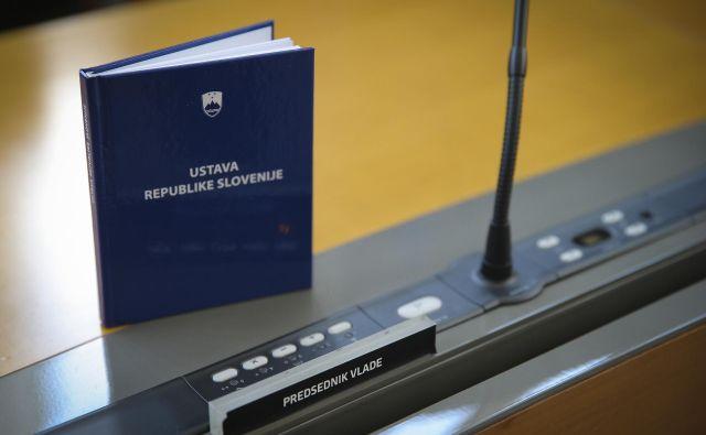 Po 16. členu ustave je z ustavo zajamčene pravice in svoboščine moč omejiti samo za čas trajanja vojnega ali izrednega stanja. Foto Jože Suhadolnik