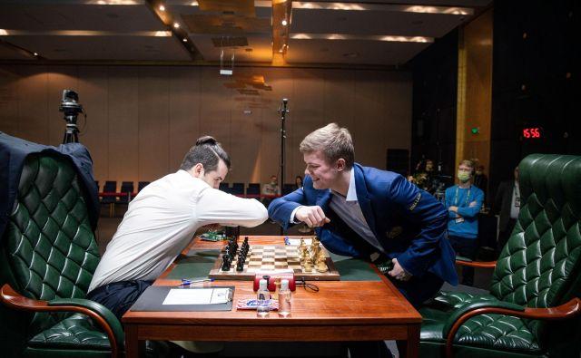 Ruska šahista Kiril Aleksenko in Jan Nepomnjaščij sta se rokovala na znan način zadnjega obdobja. FOTO: Reuters