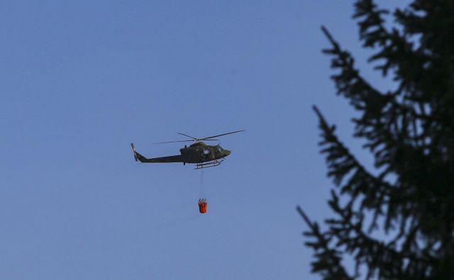 Petkov osmi požar na Šentviškem hribu so gasili tudi s helikopterjem Slovenske vojske. FOTO: Jože Suhadolnik/Delo