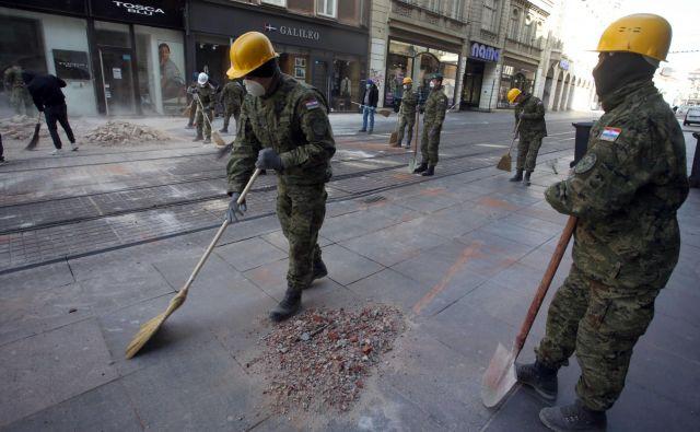 Vojska je z zagrebških ulic že umaknila dele zrušenih stavb. FOTO: Damjan Tadić/Cropix