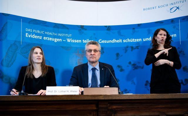 Predstavniki nemškega inštituta za javno zdravje Roberta Kocha sredi vsakodnevne novinarske konference, na kateri predstavijo nove podatke o širjenju koronavirusa po državi. Foto AFP