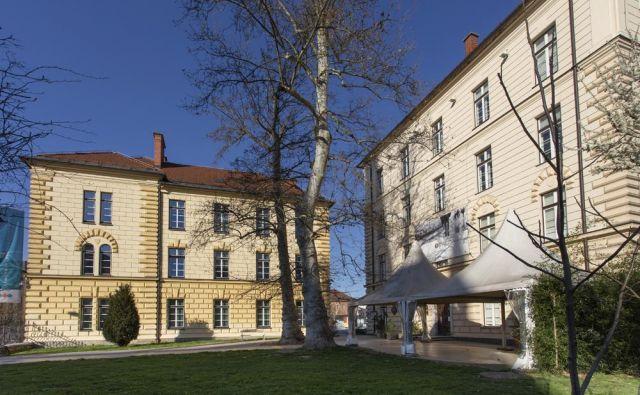 Čeprav muzejski prostori samevajo, muzeji vabijo k ogledu njihovih zbirk po spletu. Na fotografiji je Slovenski etnografski muzej v Ljubljani. FOTO: Arhiv SEM<br />