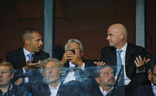 Uefin predsednik Aleksander Čeferin (levo) in njegov kolega s Fife Gianni Infantino med tekmo za evropski superpokal v Talinu. FOTO: Reuters