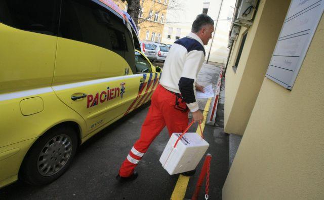 V teh kriznih časih mora potekati tudi donorski program, saj so tudi življenja čakajočih na presaditev ogrožena. Foto: Leon Vidic/Delo
