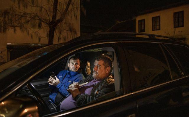 Srbski državljani v avtomobilih čakajo v okolici srbske ambasade, da bi jih Srbija sprejela nazaj v domovino. FOTO: Voranc Vogel/Delo