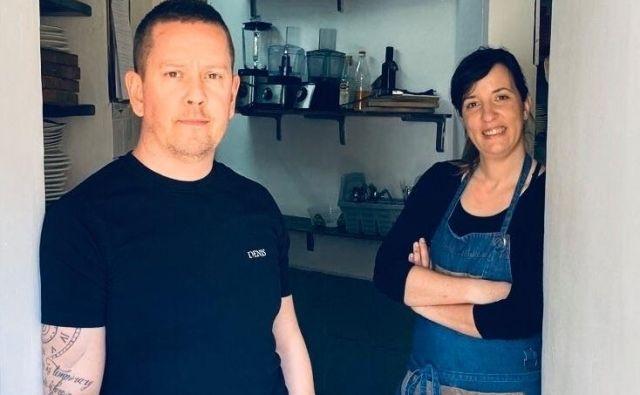Denis Ibrišimović in Julijana Krapež pripravljata kosila za socialno šibke v Vipavski dolini. Foto arhiv Gostilne Podfarovž