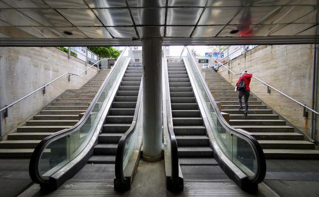 Tekoče stopnice ne delujejo, voda s ploščadi pronica in ustvarja kapnike. FOTO: Jože Suhadolnik/Delo