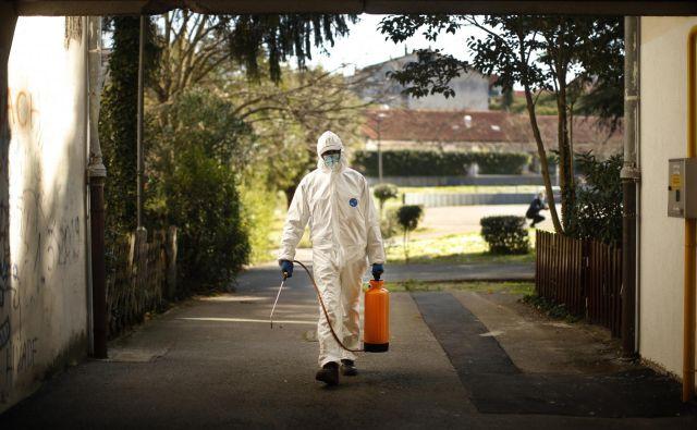 Dezinfekcija v stanovanjskem naselju Livade v Izoli FOTO: Jure Eržen/Delo