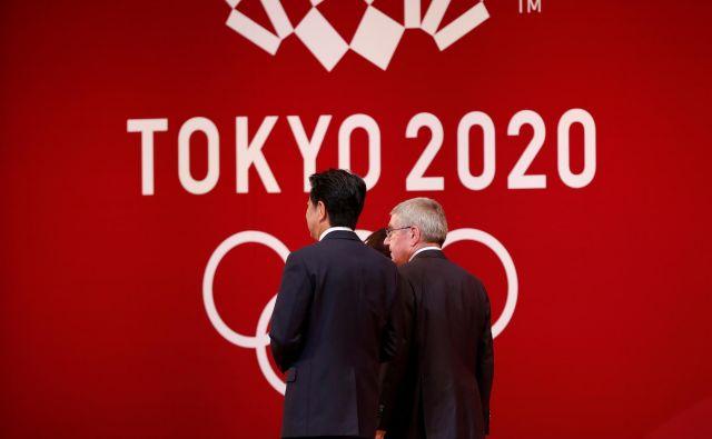 Letošnjim poletnim olimpijskim igram v Tokiu so šteti dnevi. Japonski predsednik vlade Šinzo Abe (levo) in predsednik Moka Thomas Bach bosta danes opravila pogovore o preložitvi OI. FOTO: Reuters