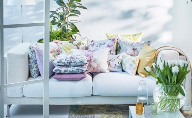 Da bi bil naš dom lepši in prijetnejši, zadostuje že nekaj novih tkanin, kakšna okrasna blazina, prt in šopek pomladnega cvetja z domačega vrta v novi vazi. Foto arhiv podjetja Apelt