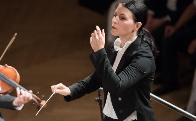 Dirigentka Živa Ploj Peršuh se je morala vrniti iz Londona. FOTO: Urška Lukovnjak