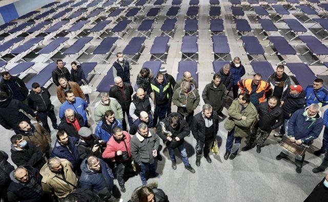 V športni dvorani Ježica v Ljubljani je vse pripravljeno za prenočitev srbskih državljanov, ki bodo po vsej verjetnosti jutri lahko odšli v Srbijo. Foto Voranc Vogel