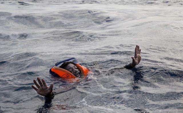 Brodolomec na poti iz Libije, ki ga je na krov rešila nemška organizaicja Seawatch. Libijska obalna straža je po besedah Seawatcha med reševanjem z nasiljem zakrivila smrt petih brodolomcev. FOTO:Alessio Paduano/AFP