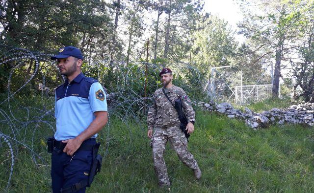 Južna meja bo zelo verjetno ostala zaprta tudi po koncu zdravstvene krize pri nas, ker se bo Slovenija želela izogniti »uvoza« virusa z Balkana, ki bo glede na ocene varnostnega tveganja novo žarišče bolezni. S pomladjo je pričakovan tudi pritisk migrantov. FOTO: Slovenska Vojska