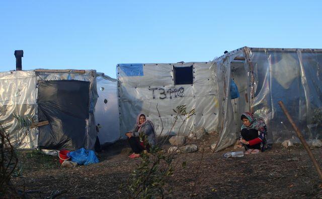V taborišču Moria je trenutno zaprtih 22.000 ljudi, uradno pa je v njem prostora za 3000. Na 1300 ljudi je na voljo eno stranišče, na 160 pa ena pipa z vodo. FOTO: Elias Marcou/Reuters