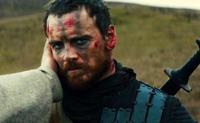 Tragedija <em>Macbeth</em> o ambiciji, umoru in krvavih rokah je morda nastala prav v času kuge. Prizor iz filma po tej škotski igri v režiji Justina Kurzla z Michaelom Fassbenderjem v glavni vlogi. Foto promocijsko gradivo