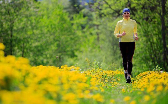 Če je bila prekinitev daljša od treh tednov, je priporočljivo namesto takojšnjega teka začeti z daljšimi sprehodi. FOTO: Shutterstock