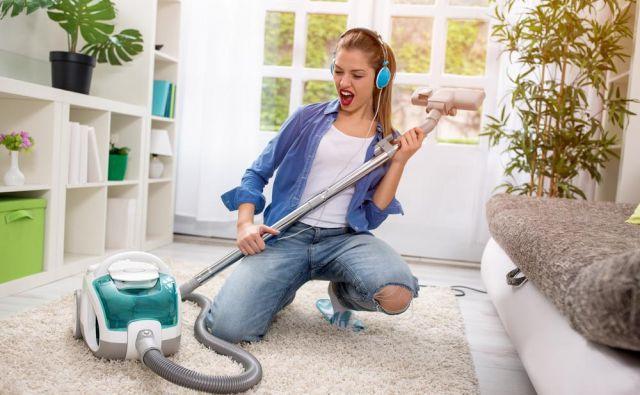 Glasba in ples sproščata, čiščenje pa dolgoročno vpliva na boljše počutje. FOTO: Shutterstock