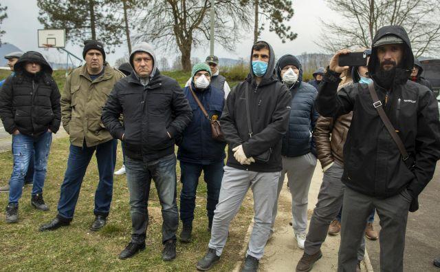 Na seznam za vrnitev v domovino se je v Sloveniji vpisalo več kot 220 srbskih državljanov, ki so zaradi koronavirusa izgubili delo v raznih evropskih državah, a jih Srbija ni sprejela domov. FOTO: Voranc Vogel/Delo