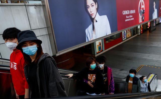 Prišel bo dan, ko nam čez usta in nos ne bo treba več nositi te grde zaščite. FOTO: Reuters