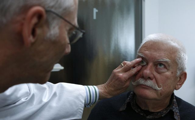 Pri okulističnem pregledu sta pacient in zdravnik v neposrednem stiku, prenos okužbe je brez zelo dobre zaščitne opreme zelo verjeten. FOTO: Reuters