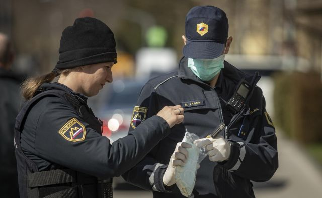 Policisti dnevno preverjajo dogajanje ob postavljenih cestnih zaporah na italijanski meji. FOT0: Voranc Vogel