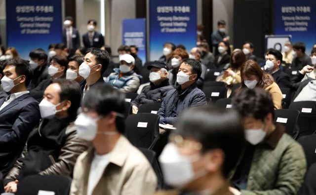 Nekateri »pogumnejši«, kot so bili delničarji korejskega Samsunga 18. marca, se sestajajo v maskah, večina kongresnih dogodkov v živo pa je po vsem svetu odpovedana. FOTO Reuters