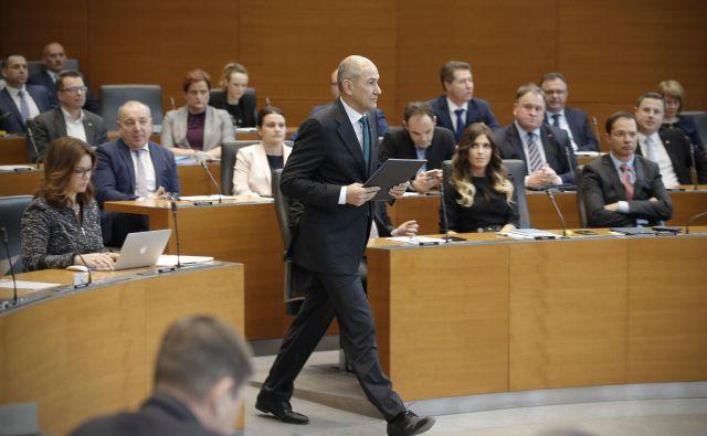 Predsednik republike Borut Pahor je po izrednem srečanju štirih predsednikov nakazal, da hitenja pri razglasitvi interventnih ukrepov, o čemer se je v čivkih spraševal predsednik vlade Janez Janša, ne bo. FOTO: Jure Eržen/Delo