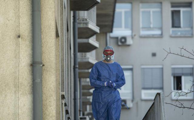 Tri stanovalce šmarskega doma so včeraj odpeljali v bolnišnico. Dve stanovalki, ki sta po okužbi s koronavirusom v šmarskem domu umrli, nista bili hospitalizirani. FOTO: Voranc Vogel/Delo