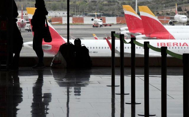 Vse potnike je o načrtovanem zdravstvenem protokolu ob prihodu v Slovenijo že obvestilo slovensko veleposlaništvo v Madridu. FOTO: Javier Soriano/AFP