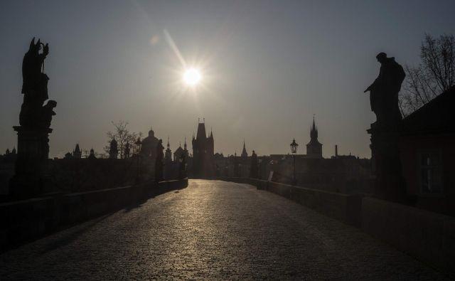 Usahnila je reka turistov, ki se je dolga leta valila po ozkih ulicah starega mesta, da bi se ustavila tudi na Karlovem mostu.<br /> FOTO: Reuters<br />