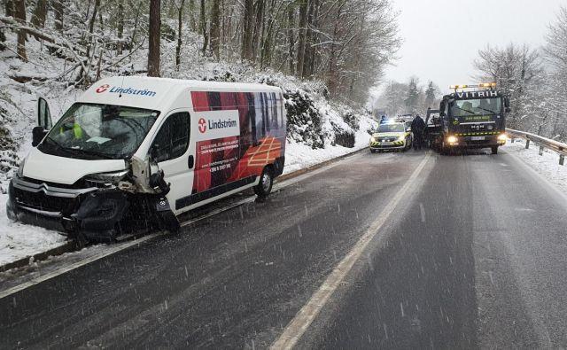 Zaradi snega na cesti se je danes zgodila prometna nesreča z materialno škodo in lažjimi poškodbami na cesti med Dravogradom in Mariborom. FOTO: PU Maribor