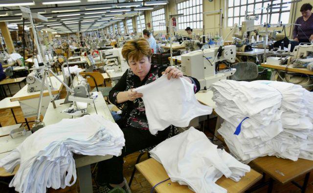 V Beti Metlika si zaradi pomanjkanja delavcev ne upajo sprejemati novih naročil. Kar 30 odstotkov zaposlenih je iz Hrvaške. Foto Jure Eržen