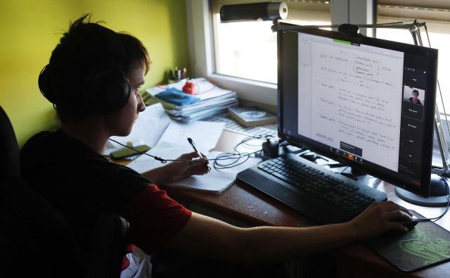 V socialno šibkih družinah pogosto nimajo niti spleta niti računalnika, opozarjajo v sindikatu vzgoje in izobraževanja. To bi med učenci lahko povzročilo še večje razlike. FOTO: Leon Vidic/Delo